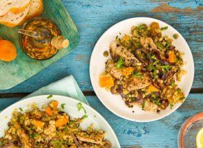 Пряный салат с булгуром, индейкой и курагой